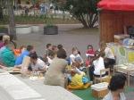 leyendo para  niños en Szeged, Hungría, junio, 2013.